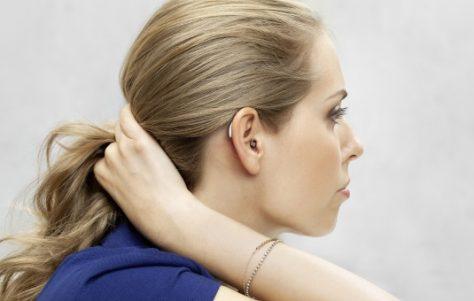 Julia Neumann  mit ihrem Widex-Hörsystem (c) Widex-Hörgeräte